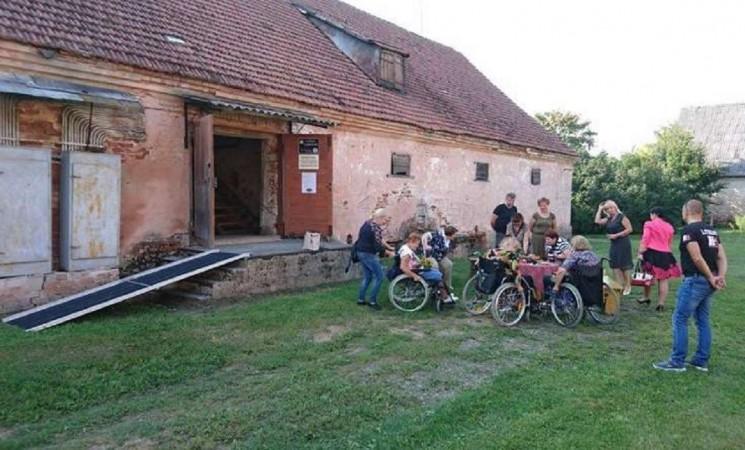 Marijampolės savivaldybės I grupės neįgaliųjų draugijos nariai apsilankė Kvietiškio dvare