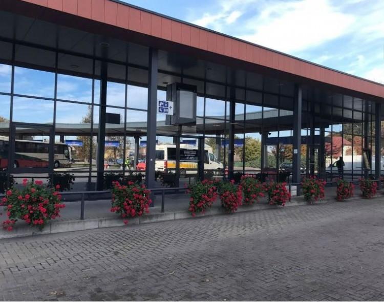 Keleivius sutinka ir išlydi puošni ir atsinaujinusi autobusų stotis