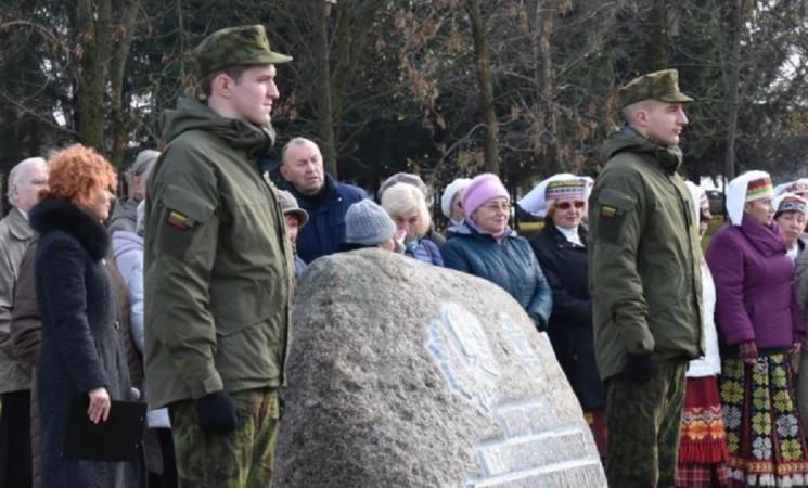 Atmintis gyva: paminklinio akmens atidengimo ceremonija suvirpino atminties stygas